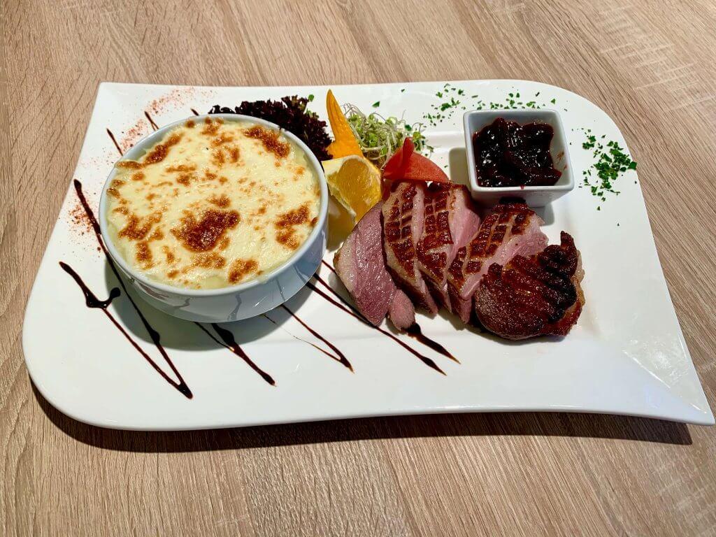 Rózsaszín Sous-Vide-olt libamell mozzarellával sütött pürével, szilvalekvárral